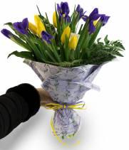 19 Тюльпанов и Ирисов в букете Улыбка
