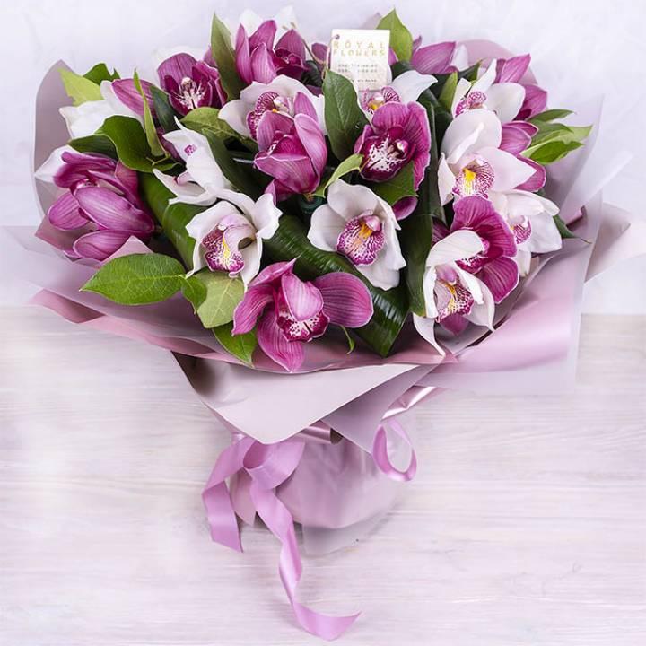 Букет из белых  и розовых орхидей