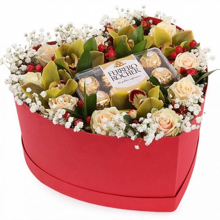 Цветы и Ferrero в коробке в форме сердца