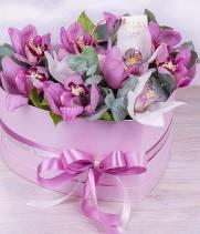 11 белых и розовых орхидей в коробке сердце