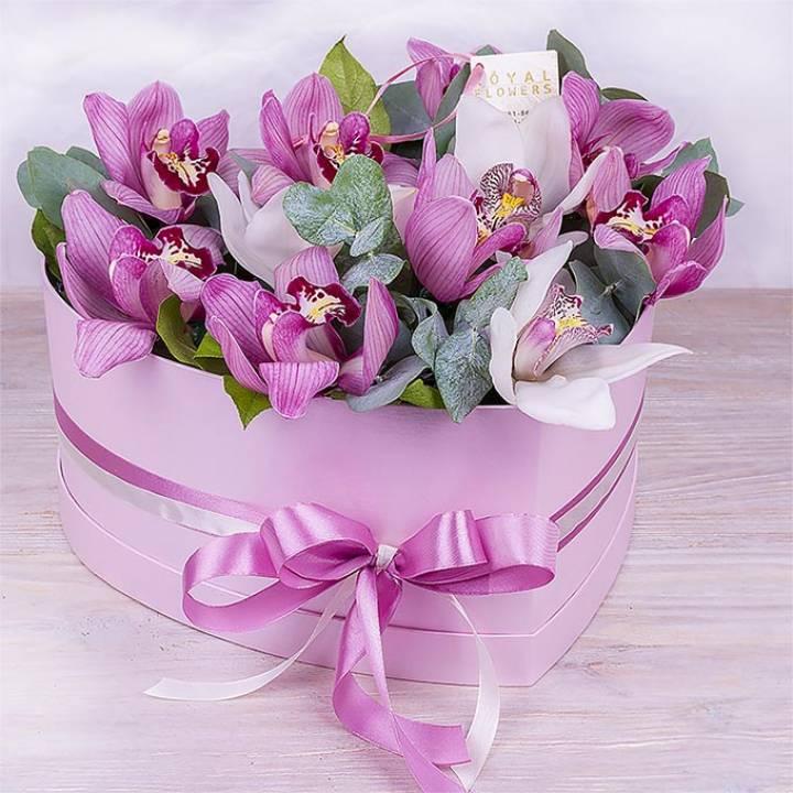 Букет из 11 белых и розовых орхидей в коробке сердце