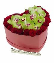 Орхидеи и розы в композиции сердце