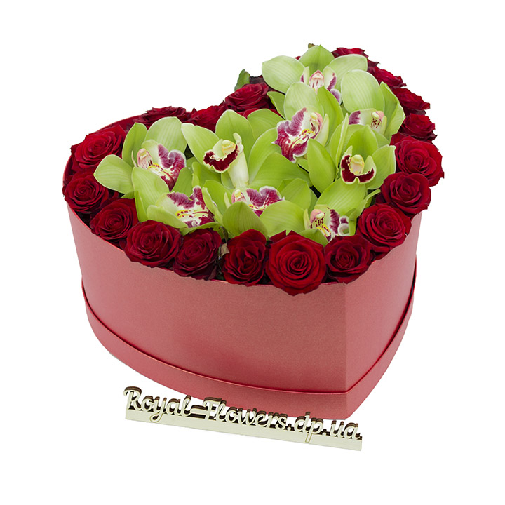 Композиция: 15 роз и орхидеи - в коробке Сердце