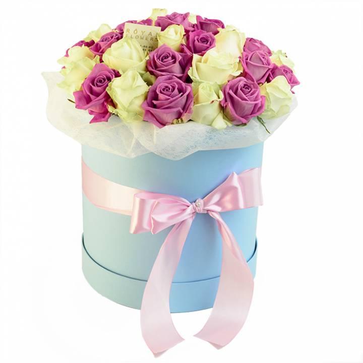 Букет из 39 розовых и белых роз в голубой шляпной коробке