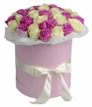 51 розовая и белая роза в коробке