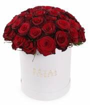 Букет 51 роза Гран-При в шляпной коробке
