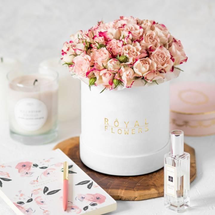 Букет Утренний сон из Кенийской кустовой розы в шляпной коробке
