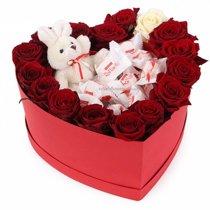 Цветы и Raffaello в  Коробке в форме сердца