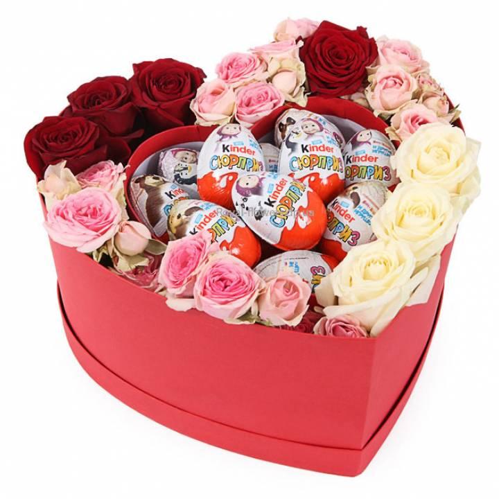 Роза и Киндер  в коробке в форме сердца