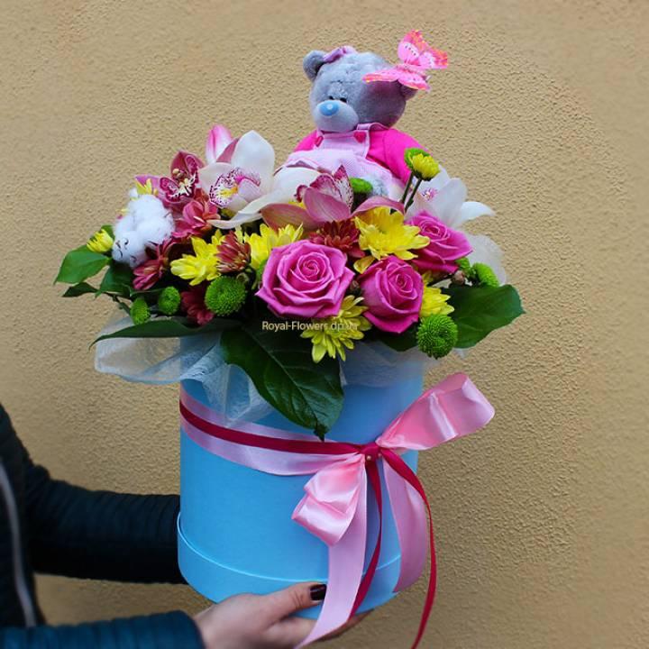 Цветы и мишка Teddy в шляпной коробке
