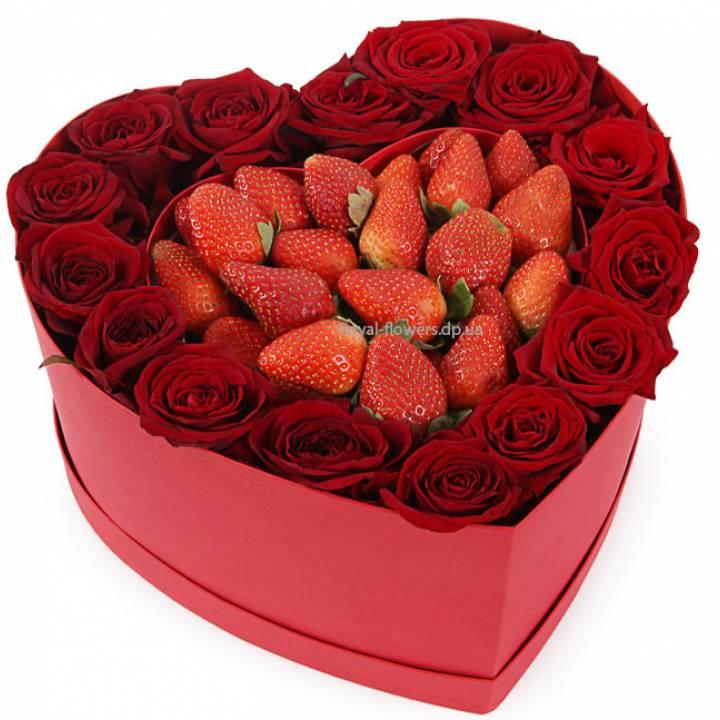 Цветы и клубника в коробке в форме сердца