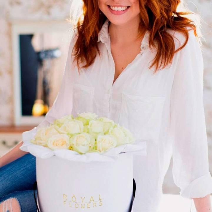 19 белых роз в шляпной коробке - премиум розы