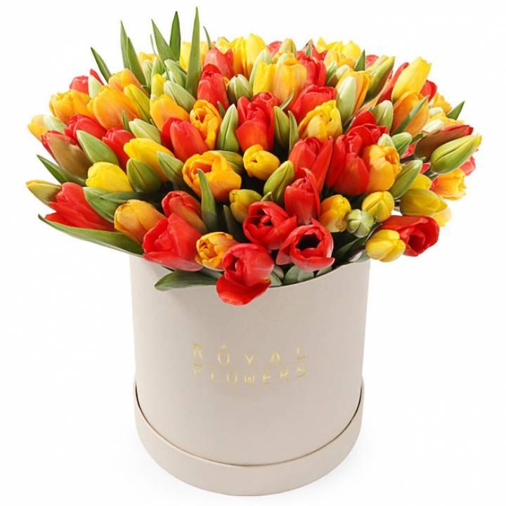 101 разноцветный тюльпан в шляпной коробке