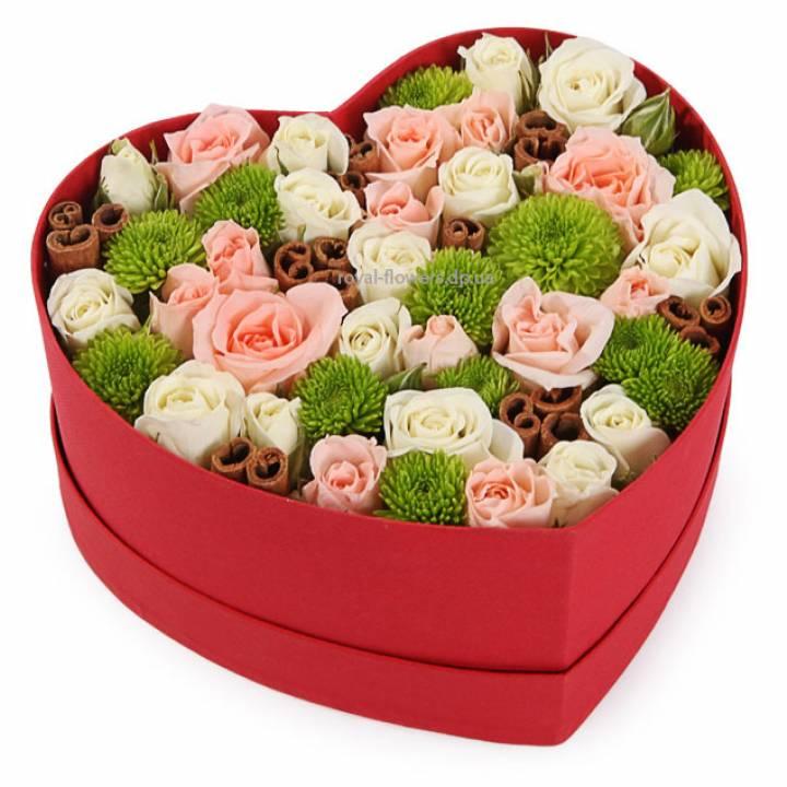 Хризантема и роза в шляпной коробке