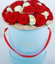 51 белая и красная роза в коробке