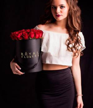 https://www.royal-flowers.dp.ua/image/cache/catalog/Bouquet/box%20hat/krasnyye_rozy_39_v_korobke_Royal-Flowers-300x350.jpg