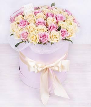 39 кремовых и розовых роз в шляпной коробке