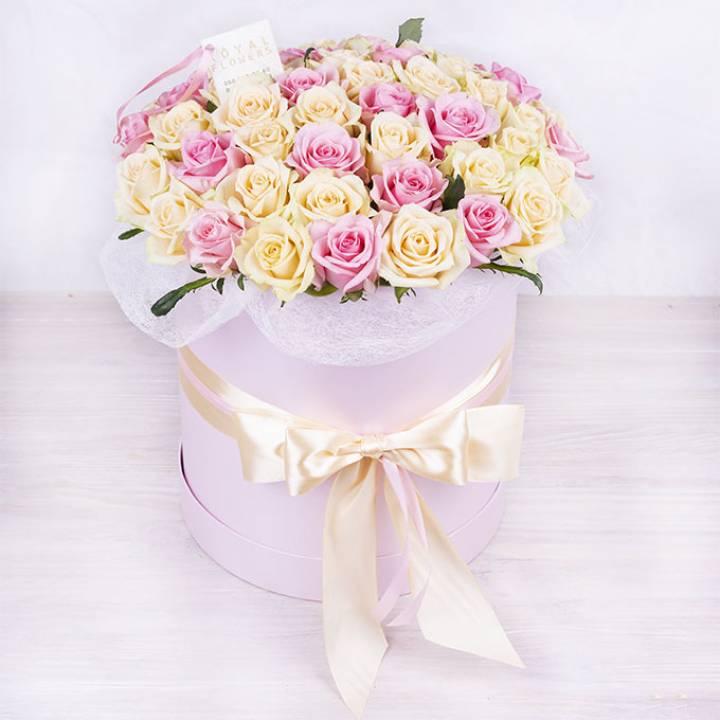39 кремовых и розовых роз в шляпной коробке - премиум сорта: Талея и Аква