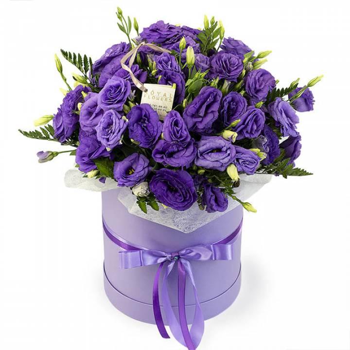 """Фиолетовая и белая эустома в шляпной коробке """"Вихрь эмоций"""""""
