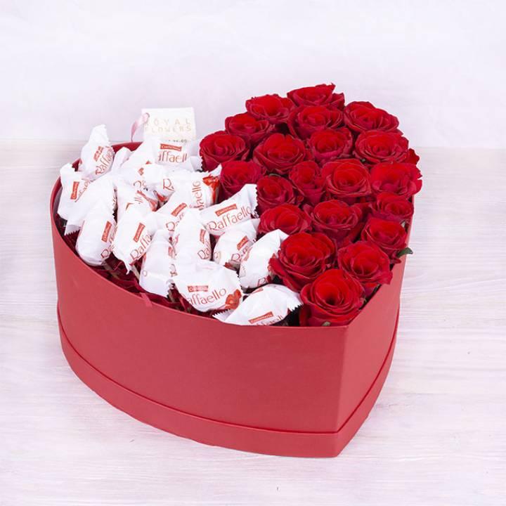Цветы и конфеты в коробке в форме сердца - Сладкое сердце