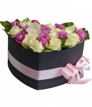 29 белых и розовых роз в коробке сердце