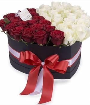 39 белых и красных роз в коробке сердце