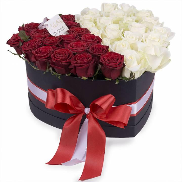 Композиция из 39 белых и красных роз в коробке сердце