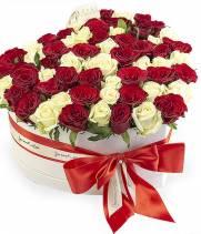51 белая и красная роза в коробке сердце
