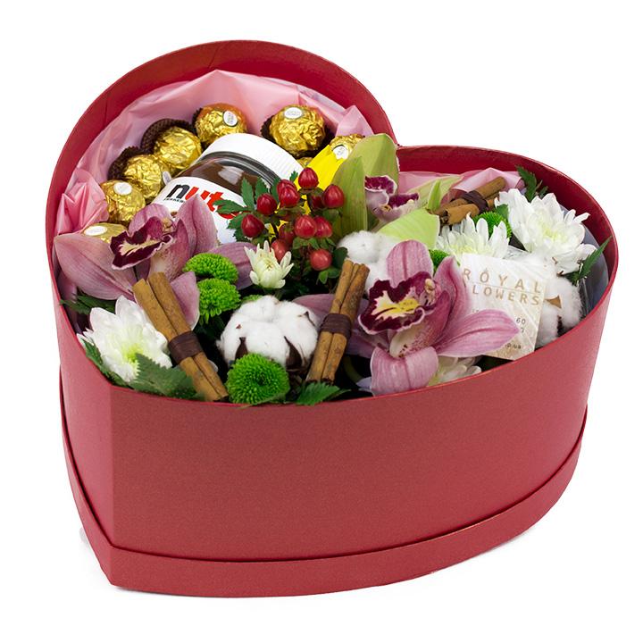 Композиция из цветов и конфет в коробке  Сердце