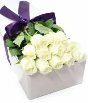 19 белых премиум роз в прямоугольной коробке