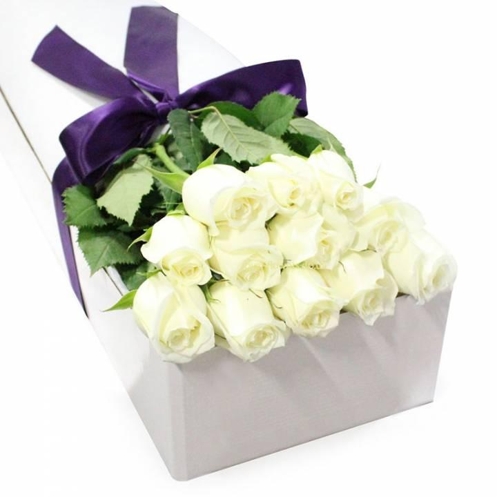 19 белых роз в прямоугольной коробке