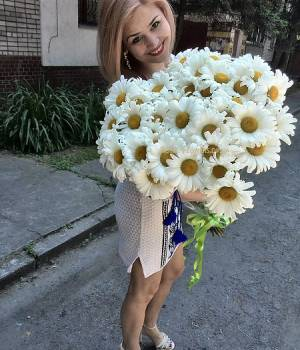 https://www.royal-flowers.dp.ua/image/cache/catalog/Bouquet/romashek/Buket-romashek-luch-solntsa-21-300x350.jpg