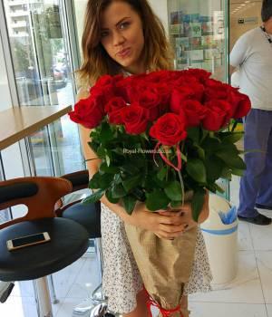 https://www.royal-flowers.dp.ua/image/cache/catalog/Metrovyye%20rozy/21-krasnaya-metrovaya-roza-Royal-Flowers-300x350.jpg.pagespeed.ce.LZ_gTpE1PA.jpg