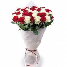 51 красная и белая роза в букете