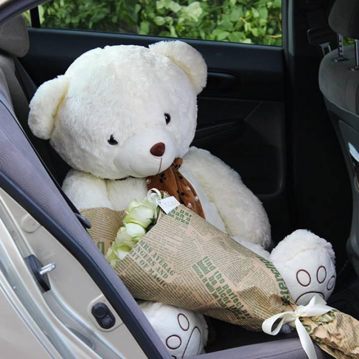 Комплект: букет из 21 белой розы и метровый мишка