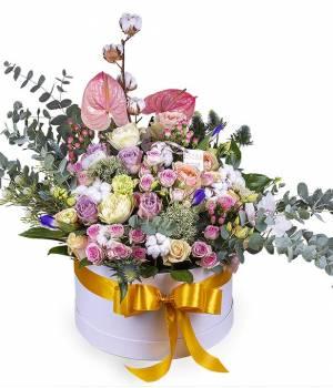 Авторская композиция из цветов в коробке большой