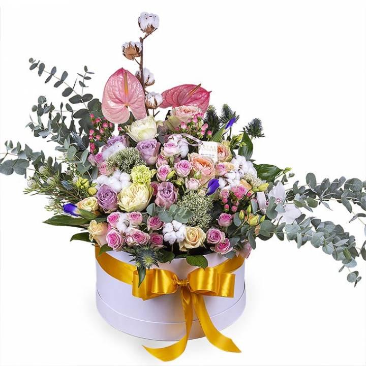 Авторская композиция из цветов в большой коробке