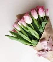 15 тюльпанов в крафт бумаге