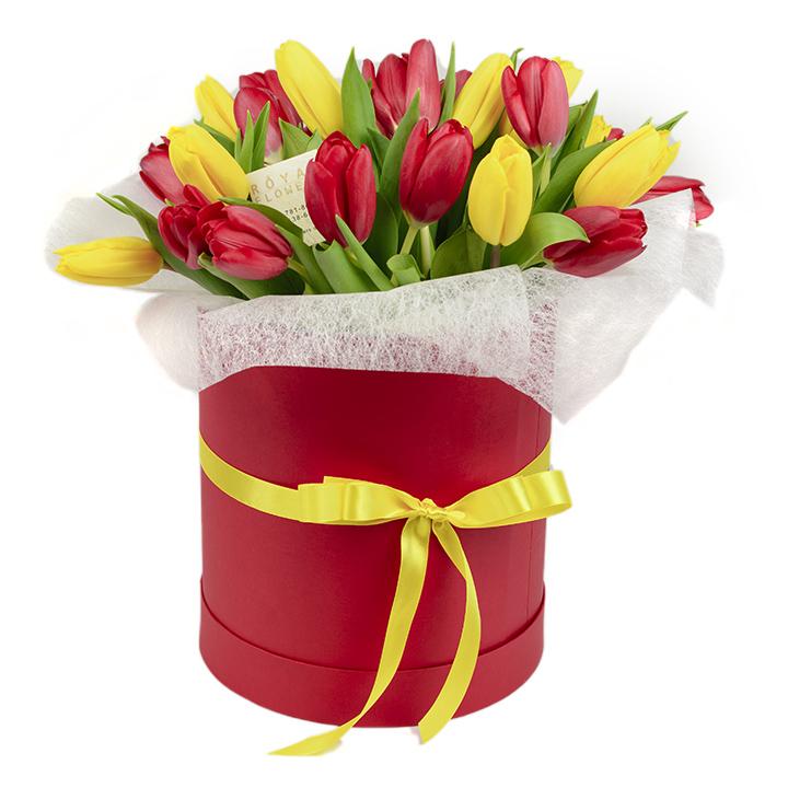 Букет 25 красных и желтых тюльпанов в шляпной коробке - цветы - Днепр