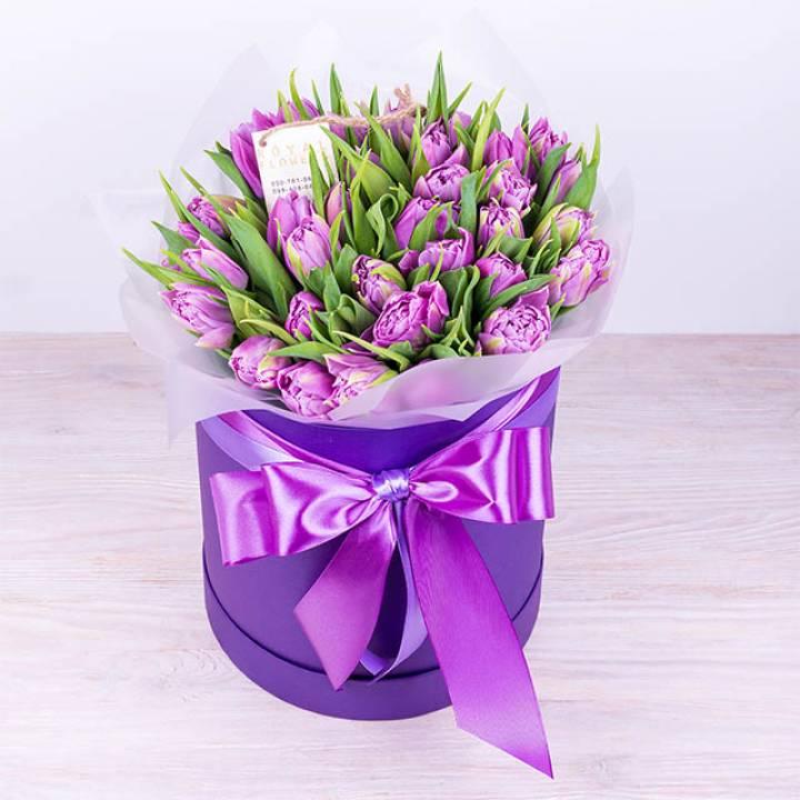 35 пионовидных лавандовых тюльпанов в коробке