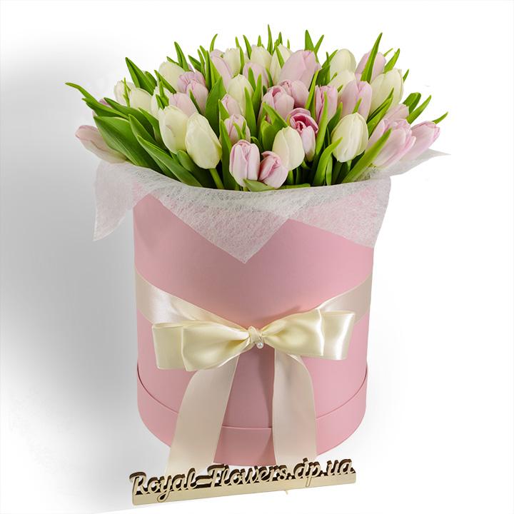 Букет из 45 белых и розовых тюльпанов в шляпной коробке
