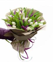 51 белый и фиолетовый тюльпан в букете